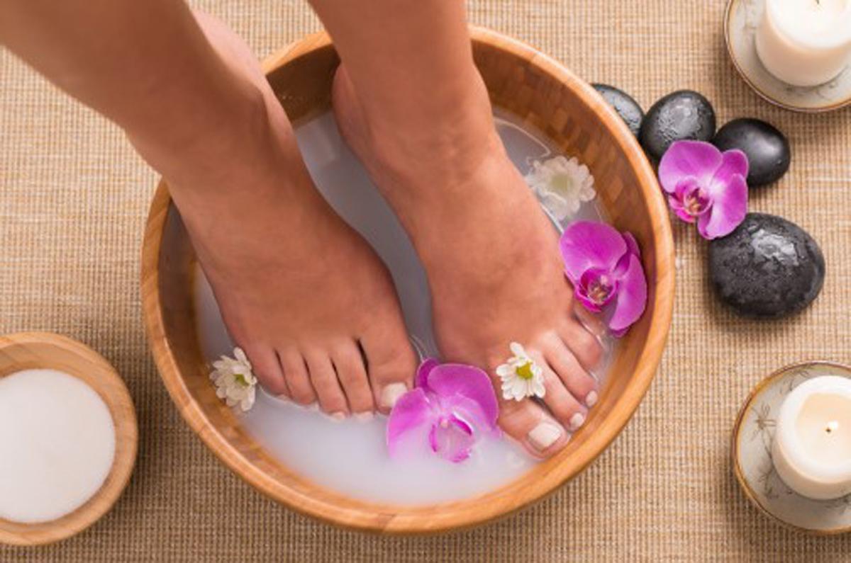 足のむくみや冷え性に効果的!足湯におすすめの精油の使い方